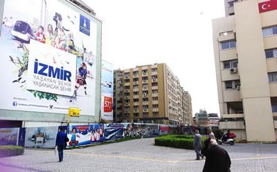 <p><strong>7.</strong> Konak meydanı  çevresi<br />Fotoğraf: Merve Çelik,  2014</p>