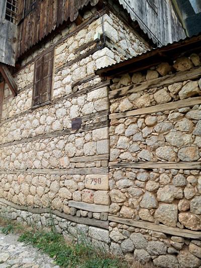 <p><strong>7.</strong> Kemaliye Ev Taş Duvarları<br />  Fotoğraf: Z. Akdemir</p>