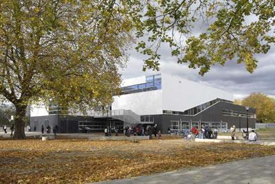 <p><strong>7.</strong> De Spil Okulu, giriş ve bahçe alanları<br />Kaynak: www.e-architect.co.ukarchitectsherman-hertzberger