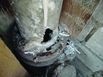 <p><strong>7. </strong>Asbestli yapı ürünleri, kazan dairesinde boruları.</p>