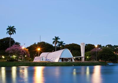 <p><strong>7. </strong>UNESCO Dünya Miras Listesi&rsquo;ne yeni kaydedilen &ldquo;Pampulha  Modern Yapı Grubu&rdquo; içinde bulunan, Oscar Niemeyer tasarımı São Francisco de  Assis Kilisesi&rsquo;nin yapay gölden görünüşü, 2015<br />  Kaynak:  Marcilio Gazzinelli</p>