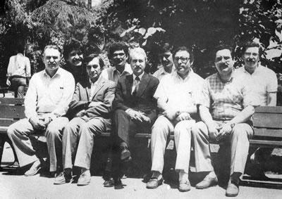 <p><strong>7. </strong>Yıldız  Üniversitesi Mimarlık Bölümü, yapı Üretimi Bilim Dalı öğretim üyeleri ile  birlikte, 1985<br />  Kaynak: 1985, <em>Prof. Ö.  Maruf Önal</em></p>