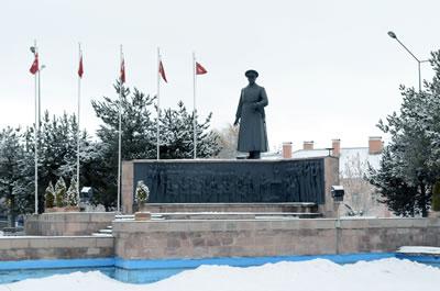 <p><strong>Resim  7.</strong> Atatürk Heykeli ve  Erzurum Kongresi Anıtı<br />  Kaynak: Yazarın kişisel  arşivi</p>