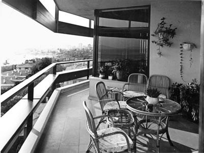 <p><strong>7. </strong>Kaplancalı  Apartmanı balkonu<br />  Kaynak:  Mimarlar Odası İstanbul Büyükkent  Şubesi, Şener Özler Arşiv ve Dokümantasyon Merkezi, Maruf Önal Arşivi</p>