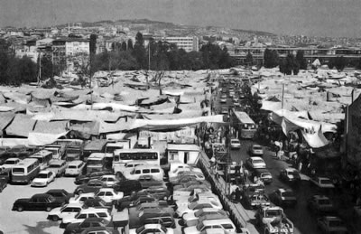<p><strong>7. </strong>2008 yılında taşınan  Salı Pazarı (Fotoğraf: Banu Kutun).<br />  Kaynak: <strong>İstanbul Ansiklopedisi</strong>, 1993.</p>