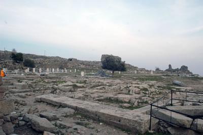 <p><strong>Resim  7.</strong> Athena  Tapınağı ve Kutsal Alanının, bir numaralı bakı noktasından günümüzdeki görünümü<br />Fotoğraf: N.  E. Karabağ, Şubat 2016<br />
