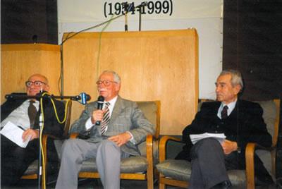 <p><strong>Resim 7. </strong>Mimarlar Odasının kuruluşunun 45. yılı etkinliği,  İTÜ, 1999. Aydın Boysan, Gündüz Özdeş, Maruf Önal.<br />   Kaynak:  Doğan Hasol arşivi</p>