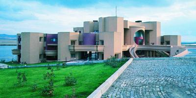 <p><strong>7. </strong>1988  tarihli Gölbaşı İhracatçılar Birliği Sosyal Tesisleri projesi, Ankara<br />   Kaynak: Şevki Vanlı Mimarlık  Vakfı</p>