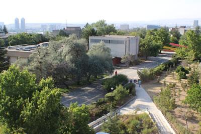 <p><strong>7.</strong> Yerleşkenin ana dolaşım  omurgası olan alleye eklemlenen kapsayıcı rampa çözümü, Orta Doğu Teknik  Üniversitesi, Ankara.<br />   Kaynak: İlkay Dinç Uyaroğlu, 2015 </p>