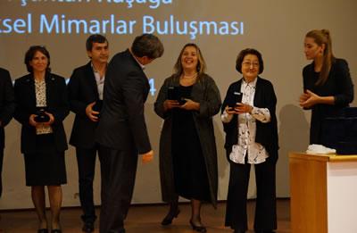 <p><strong>7.</strong> 2014 yılında İstanbul Büyükkent  Şubesinde düzenlenen geleneksel plaket töreninde Afife Batur kızı Ayşe Güngöre  Meslekte 30. Yıl Plaketini takdim ederken<br />   Kaynak: MO İstanbul  Büyükkent Şubesi Arşivi</p>