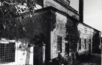 <p><strong>7.</strong> Duvar içinde Kalan Son Cemaat Yeri  Sütunları, 1965 Yılı Onarımı Öncesi <br />   Kaynak: VGM Arşivi<strong></strong></p>