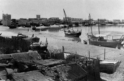 <p><strong>7.</strong>1951  yılında Dubai Koyu Shindagha<br />Kaynak: s-media-cache-ak0.pinimg.com/originals/44/0e/bf/440ebf4d18d09c03b87ee3709618a7af.jpg