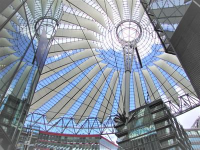 <p><strong>7.</strong> Sony Center binası,  Potsdamer Platz (Mimar: Helmut Jahn) </p>