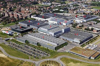 <p><strong>7.</strong> Ferrari Maranello  Yerleşkesinin hava fotoğrafı, İtalya. 1-2) Dökümhane ve kaporta atölyesi, 3) Boyahane, 4) Motor atölyesi,  5) Montaj bölümü, 6) Deri işliği, 7) Son montaj bölümü, 8) Diğer üretim  birimleri, 9) Yönetim ve araştırma binası, 10) Rüzgar tüneli, 11) Yemekhane,  12) Otomobil sporları kulübü<br />   Kaynak: https://jerrygarrett.wordpress.com/2012/10/05/36-hours-in-ferraris-maranello  [Erişim: 30.07.2019]</p>