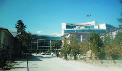<p><strong>7.</strong> (solda) 1915 tarihli yapı, 1928 tarihli  yapı ve yeni numune hastane binasının bir arada görünümü<br />   Kaynak: Faik Afşeören Arşivi<br />