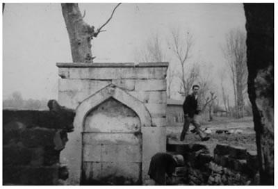 <p><strong>7.</strong> Veli Efendi Çayırı Yeşiltepe Namazgâhı  adı ile kayıtlı olarak görülen Veliefendi Çeşmesinin 1960 lı yıllardaki  görünümü<br /> Kaynak: İbrahim Hakkı  Konyalı Kütüphanesi, Fazıl Ayanoğlu Notları.</p>