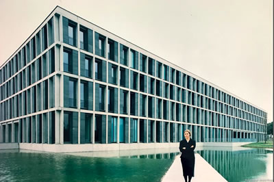 <p><strong>7. </strong>Gesine Weinmiller  tasarımını yaptığı Erfurt, Federal İş Mahkemesi önünde, 1999. Fotoğraf: André  Rival<strong></strong></p>