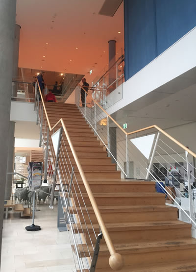 <p><strong>7a.</strong> Giriş  kat ile birinci kat bağlantı merdivenleri ve birinci kat geçici sergi alanları </p>