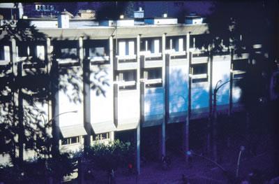 <p><strong>7a.</strong> Merkez  Bankası - Bursa<br /> Kaynak: Mimarlar Odası Ulusal  Mimarlık Sergisi ve Ödülleri Programı arşivi</p>