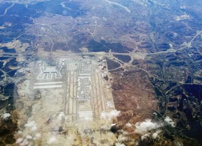 <p><strong>7b.</strong> Dünyanın en büyük  havalimanının oluşturduğu çevre felaketi! İstanbul Havalimanı inşaatının  kapladığı alan, kent ile kıyaslandığında verilen tahribatın boyutu ortaya  çıkıyor.<br />   Kaynak:  Vikipedi</p>