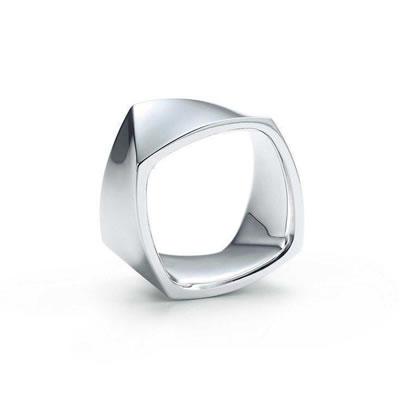<p><strong>7b.</strong> Gehry tarafından Tiffany&Co  markası için tasarlanan satranç takımı ve yüzük.<br />   Kaynak: tiffany.com</p>
