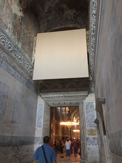 <p><strong>7b. </strong>Apsiste, imparator kapısı  ve narteks güney kapısı üstünde perdelenen mozaikler<br />Kaynak: https://twitter.com/dmrbsbrc/status/1293251597959602176