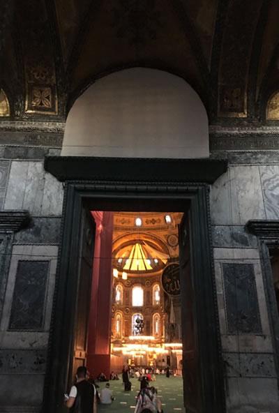 <p><strong>7c. </strong>Apsiste, imparator kapısı  ve narteks güney kapısı üstünde perdelenen mozaikler<br />Kaynak: https://twitter.com/dmrbsbrc/status/1293251597959602176