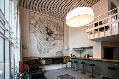 """<p><strong>7c.</strong> 1960 lar Ankarasının en göze  çarpan modern konut bloğu örneklerinden Cinnah 19 - """"Benim en önemli yapım  olan bu bina çocuğum gibidir."""" Bu yapı şu an Mimarlar Derneği 1927'ye ev sahipliği yapıyor<br />Fotoğraf: Aslıhan Günhan"""