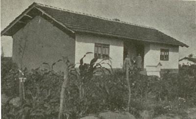 <p><strong>8.</strong> Muratlı Köyü'nde bir göçmen evi, 1930'ların sonu <br />(Kaynak: <strong>6. İzmir Fuarı Trakya Broşürü</strong>, [40])</p>