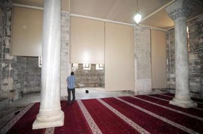 8. Trabzon Ayasofya, camiye çevrilme sırasında apsis yönüne konulan perdeler. (Kaynak: Trabzon Vakfı)