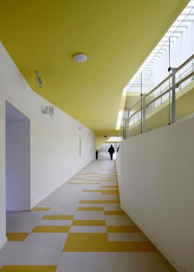 <p><strong>8. </strong>Aydınlık renklerin bölümsel kullanımı, &quot;Jiading  New Town Kindergarten&quot;<br />Kaynak: ad009cdnb.archdaily.net/wp-content/uploads/2012/01/1327671001-05.jpg [Erişim: 05.09.2014]
