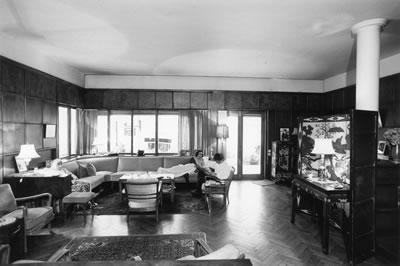<p><strong>8.</strong> Egli&rsquo;nin tasarımı mobilyalar ile evin salonu, 1935<br />  Kaynak:  Atalay Franck, Oya, 2012, <strong>Architektur  und Politik: Ernst Egli und die türkische Moderne 1927-1940</strong>, Gta Verlag,  Eth Zürich.</p>