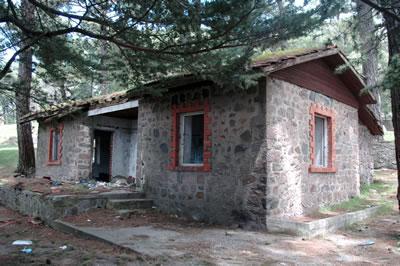 <p><strong> 8.</strong> 1980 ve 1990'lı  yıllarda kamp yöneticisinin lojmanı olarak kullanılan idari binanın günümüzde  durumu</p>