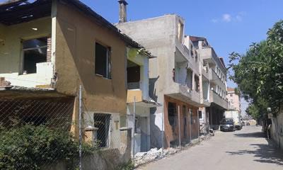 <p><strong>8. </strong>Bir  yandan yaşamın hala devam ettiği alanda yıkımı yarım bırakılmış yapı adası<br />  Fotoğraf: Dilek Özdemir</p>