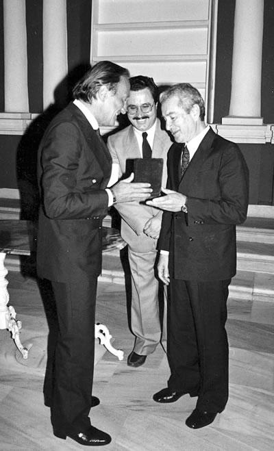 <p><strong>8.</strong> Üniversiteye  veda töreninde Rektör Suha Toner ve Dekan Yardımcısı Hakkı Önel ile birlikte,  25 Haziran 1985<br />  Kaynak: 1985, <em>Prof. Ö.  Maruf Önal</em></p>