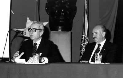 <p><strong>Resim 8.</strong> Yıldız Teknik Üniversitesinde bir açıkoturumda  Levent Aksüt (sağda) ile, 1975-76 civarı.<br />   Kaynak:  Mimarlar Odası İstanbul BK Şener Özler Arşiv ve Dokümantasyon Merkezi</p>