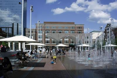 <p><strong>8. </strong>Sundance Square Plaza, Fort Worth, Texas.  Michael Vergason Landscape Architects taranfından tasarlandı, 2013 de açılışı  yapıldı. <br />   Fotoğraf: Taner R. Özdil </p>