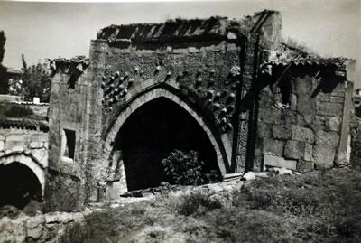 <p><strong>8.</strong> Sivas Buruciye Medresesi portalinden görünüm<br />   Kaynak: Mualla Eyüboğlu Anhegger arşivi</p>