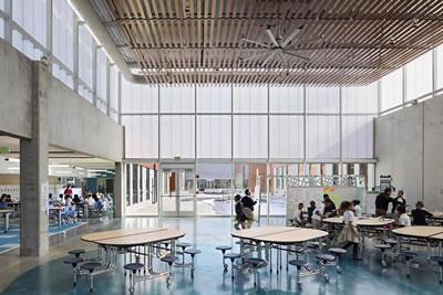"""<p><strong>8.</strong> """"Ev"""" olarak tanımlanan her bölümde yer  alan topluma açık ortak mekân<br />Kaynak: www.rogersarchitects.com/henderson-hopkins-school-a-learning-laboratoryprogressive-education"""