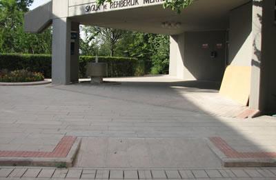 <p><strong>8. </strong>Bina girişi için kapsayıcı  yer düzlemi formu, Orta Doğu Teknik Üniversitesi, Ankara.<br />   Kaynak: İlkay Dinç Uyaroğlu, 2015 </p>