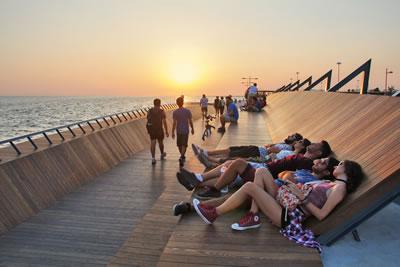 <p><strong>8.</strong> Bostanlı Yaya Köprüsünü kullanan  gençler<br />   Kaynak:  Stüdyo Evren Başbuğ</p>