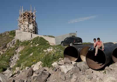 <p><strong>8.</strong> İnsanlık Anıtının küçük  ziyaretçileri, Temmuz 2008</p>