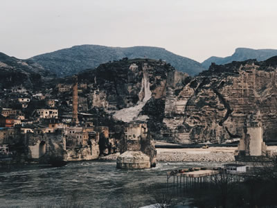 <p><strong>8.</strong> Hasankeyf Tarihî Köprüsü, Arkada Er-rızk Camisi ve Küçük Saray, 2018<br />   Kaynak: Berçem Kaya</p>