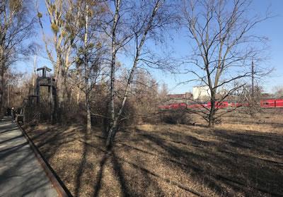 <p><strong>8. </strong>Doğa koruma alanı  ve parka komşu (halen seferlerin devam ettiği) demiryolu hattı, Şubat 2019<strong></strong><br />   Kaynak:  Funda Baş Bütüner arşivi<strong></strong></p>