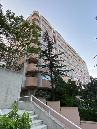 <p><strong>8. </strong>Botanik Apartmanı, doğu  cephesi<br />   Fotoğraf:  M. Haluk Zelef</p>