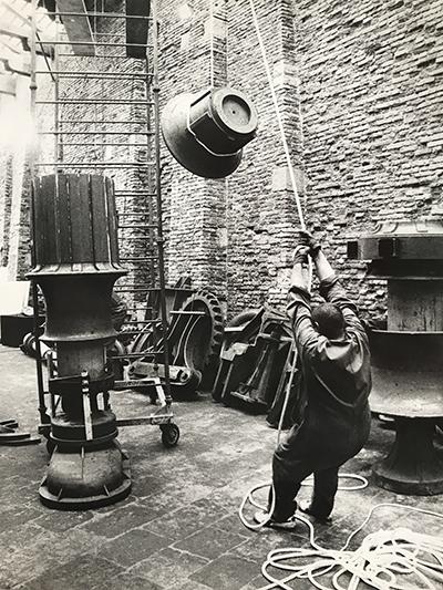 <p><strong>8.</strong> Bernhard Lüginbühlün  parçaları sergi mekânında bir araya getirme süreci. Magazzini del Sale,  Venedik. <br />   Kaynak: ASAC, 1975: A.V.104.1975.3b</p>