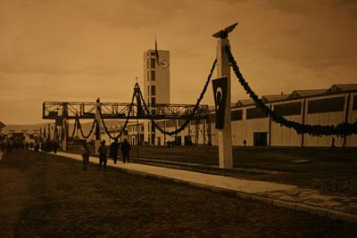 <p><strong>8. </strong>Fabrikanın ana aksı ve Saat Kulesine bakış, 13 Kasım  1937 <br />   Kaynak: TÜDEMSAŞ  arşivi</p>