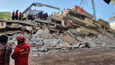 <p><strong>8. </strong>Alanda  arama kurtarma ekipleri<strong></strong><br /> Kaynak: Mimarlar Odası İzmir  Şubesi arşivi<strong></strong></p>