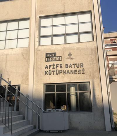 <p><strong>8. </strong>Afife Batur Kütüphanesi<br /> Fotoğraf: Burçin Altınsay</p>
