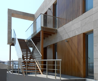 8a. Reefloft'ta ahşap malzeme kullanımı, geçirgen duvar yüzeyleri ve her kotta yinelenen merdiven çözümü.